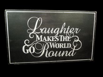 "Holzschild: ""Laughter makes the world go round"" im Chalkboard Stil"