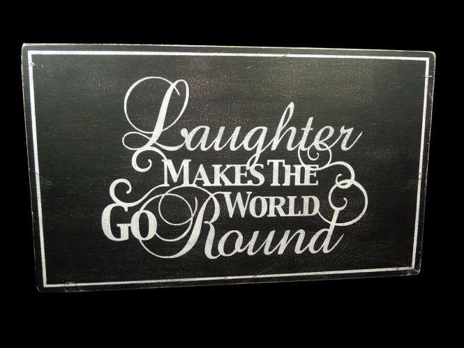 "Holzschild: ""Laughter makes the world go round"" im Chalkboard Stil"
