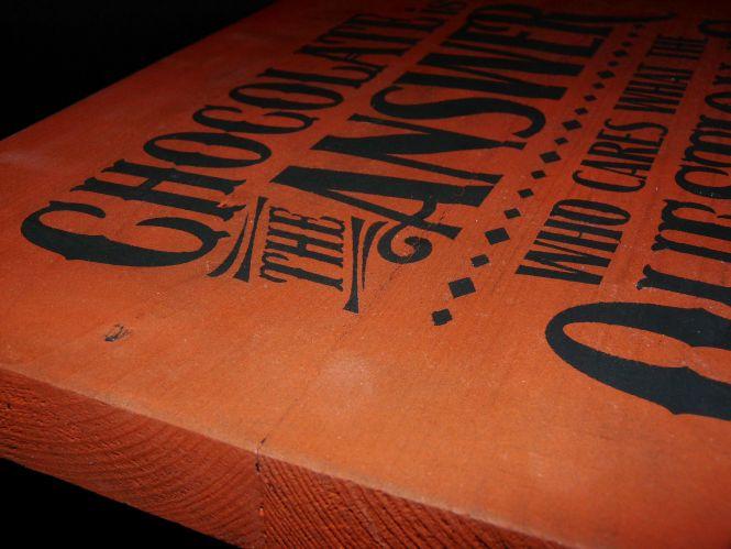 """Detailansicht: Holzschild """"Schokolade ist die Antwort ..."""" im Vintage-Stil"""